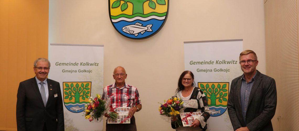 Der Landrat Harald Altekrüger (l.) und der Bürgermeister Karsten Schreiber (r.) bedankten sich bei Monika Berger (2.v.r.) und Reinhard Hanschkatz (2.v.l.) Foto: Mathias Klinkmüller